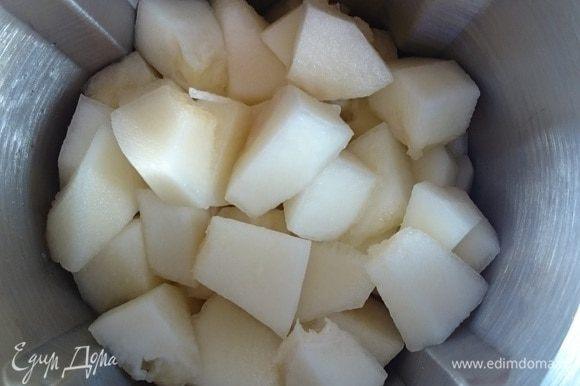 Дыню помыть, очистить от корочек и семян, нарезать кубиками и отправить в чашу блендера.