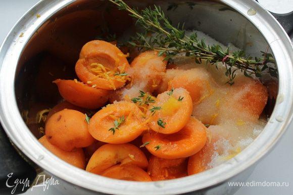 Добавить апельсиновый сок (или лимонный) и цедру, с 3-4 веточек тимьяна снять листики, остальной тимьян связать ниткой в пучок, добавить к абрикосам и оставить на пару часов.