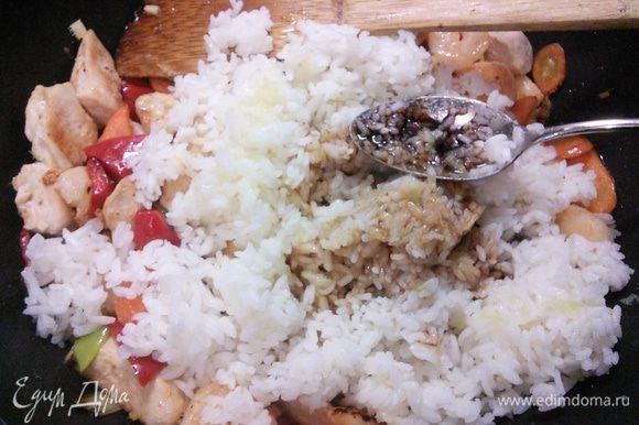 рис, влейте соевый и устричный соус, сахар, лаймовый сок и ложечку ароматного кунжутного масла.