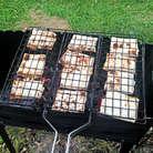 Укладываем на решетку и обжариваем на гриле или мангале по несколько минут с каждой стороны.