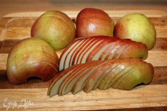 Разрезаем яблоки на две половинки и нарезаем на дольки, ка показано на фото.
