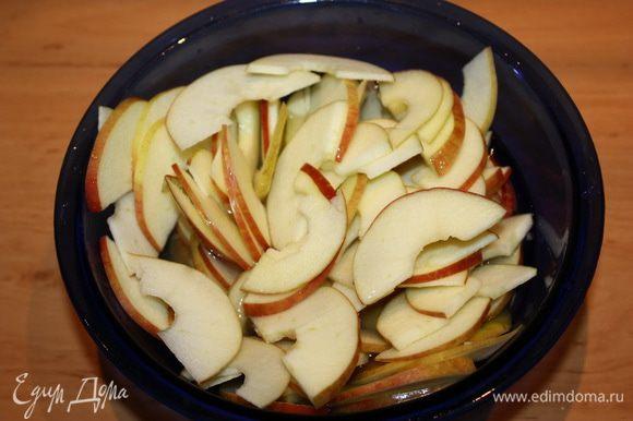 Перекладываем дольки яблок в стеклянную миску, которую можно ставить в микроволновую печь. Только что выжатый лимонный сок смешиваем с кипятком и заливаем яблоки. На 1 минуту ставим их в микроволновую печь, чтобы они стали мягким. Но не переварите их, а то они потеряют форму.