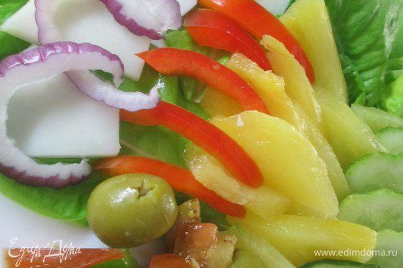 Укладываем на блюде крупные части овощей и фруктов, проявляя всю свою фантазию. Рядом кладем салат, заправленный имбирным соусом и подаем.
