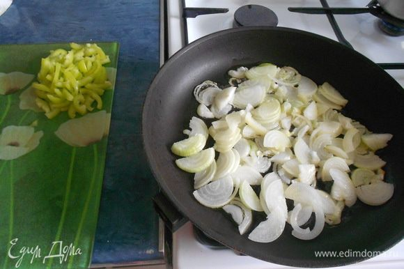 Пассеровать овощи на растительном масле. Добавить 1/4 горького перца.