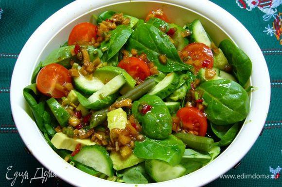Все ингредиенты салата крупно нарезать, заправить соусом и подавать! Очень полезно, вкусно, легко!