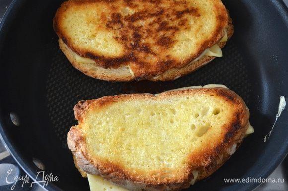 До золотистого цвета! Внутри сыр начнет плавится и подтаивать.