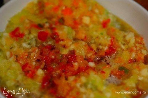 Болгарский перец, горький и чеснок почистить и прокрутить через мясорубку. Добавить к помидорам, перемешать.Туда же влить уксус, воду, соль и порубленную зелень. Довести до кипения.