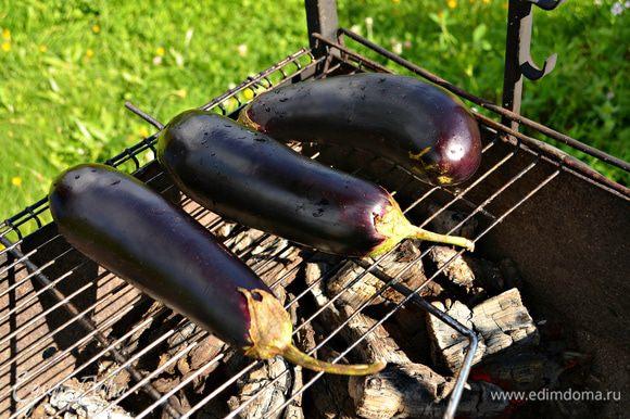 Запечь баклажаны на гриле (около 15 мин), периодически поворачивая овощи для равномерного запекания.