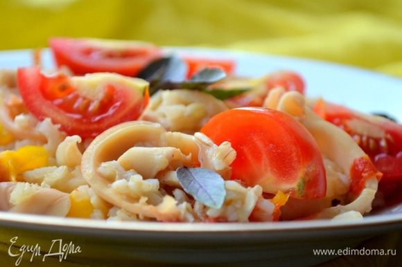 Подаем с томатами и базиликом. Приятного аппетита и солнечного настроения!