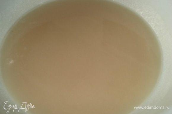 В кастрюлю высыпаем сахар, воду, перемешиваем и ставим на плиту.