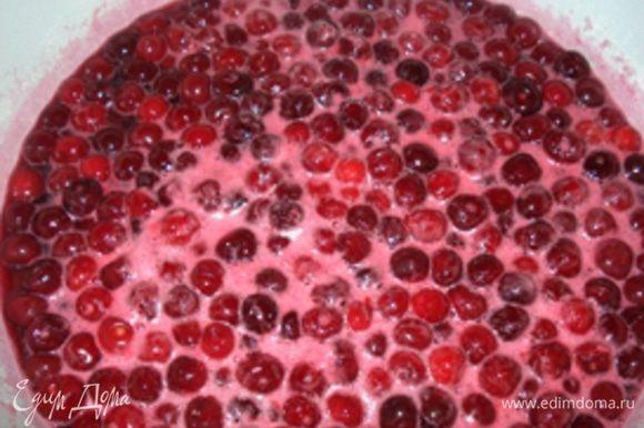 Сахар должен увариться, добавляем вишню и осторожно помешиваем, чтобы вишни не подгорали.