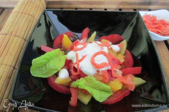 Укладываем в салатник фрукты, поливаем соусом, подаем.