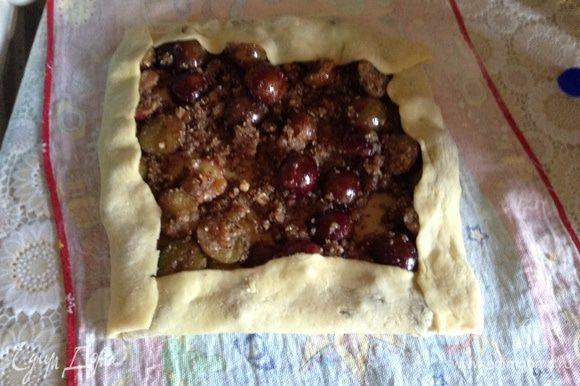 Выложить начинку на тесто, немного подвернуть края.