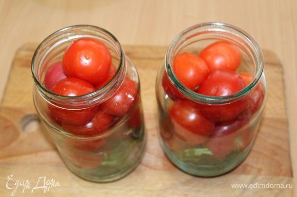И уложить помидоры в банки, сильно не утрамбовывая.
