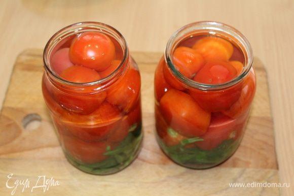 Залить помидоры под самое горлышко кипятком и оставить на 5 минут. Затем слить воду и залить кипятком еще раз. Оставить на 2 минуты, слить воду.