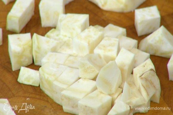Корень сельдерея почистить и порезать небольшими кубиками.