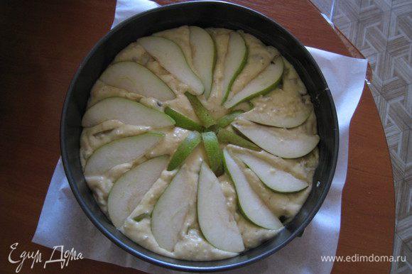 Выложить тесто в форму, смазанную маслом. У меня была разъемная. Сверху выложить дольки груш для украшения.