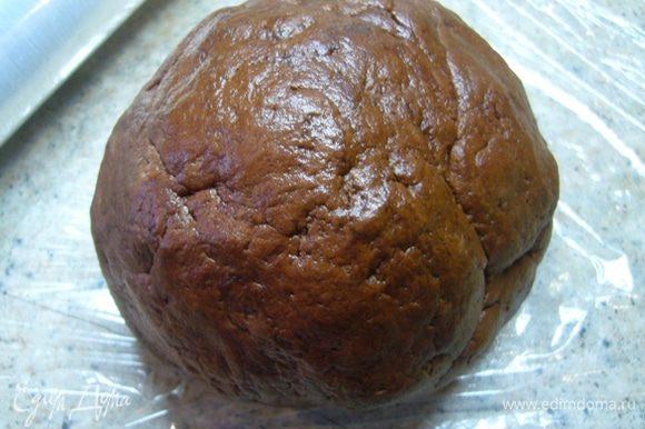 Вымешивать, пока тесто не соберется в комок. Переложить на пищевую пленку тесто, собрать его в шар, завернуть и отправить в холодильник на 30 мин.