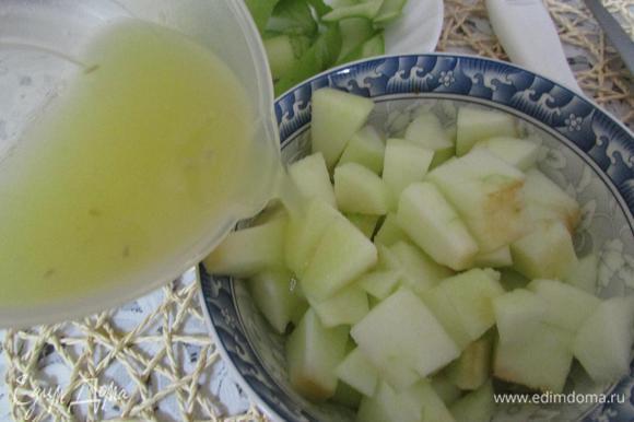 Чтобы яблоко не потемнело, залить лимонным соком и перемешать.