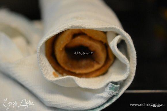 Приготовить тонкое вафельное полотенце, посыпать сахарной пудрой 1/2 стакана, это делается для того чтобы рулет не прилип к полотенцу. Перевернуть на не го горячий пласт. Завернуть начиная с конца и подталкивая полотенцем снизу. Дать полежать ,остыть.