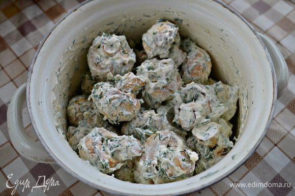 В небольшой кастрюльке смешайте сметану, соль, чеснок и укроп. Положите в приготовленную смесь шампиньоны и аккуратно перемешайте. Я использовала жирную сметану, но вполне подойдёт и сметана, жирностью 10-15%, а также и майонез. Накройте кастрюльку крышкой и поставьте в холодильник минимум на 1 час, а лучше - на 3 часа.