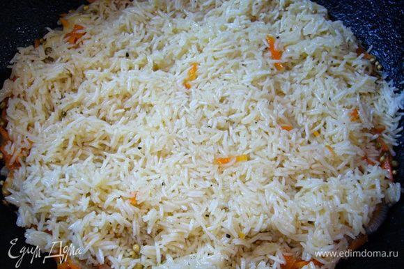 Затем аккуратно перемешать только рис, вновь накрыть крышкой и томить еще 10 мин.