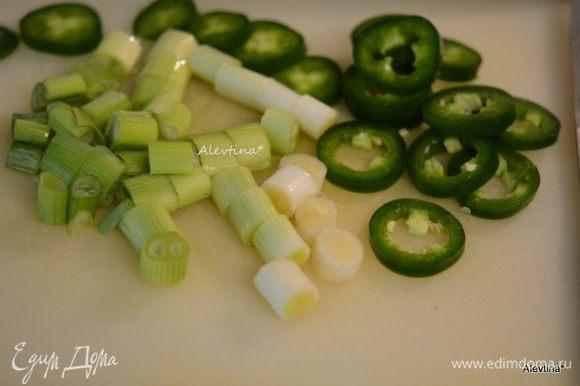 Порезать зеленые стрелки лука (4 шт) - белую и зеленую нежную часть. Халапеньо кружочками, очистить от семян. Помидоры предлагает автор обычные, разрезать на 6 частей. Я использовала черри, проткнув шпажкой по центру раз.