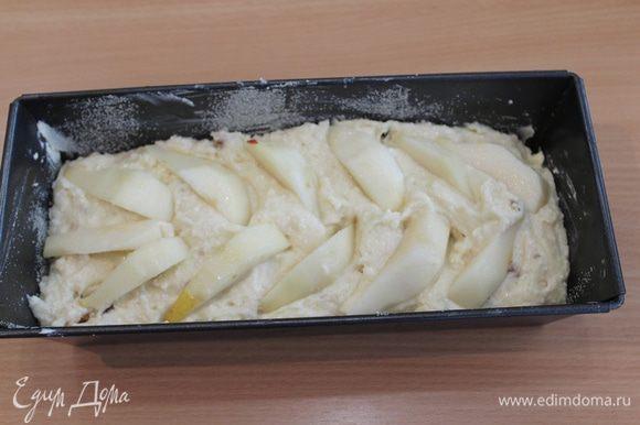 Выкладываем тесто в форму, сверху – очищенные дольки груши, затем присыпьте сахаром.