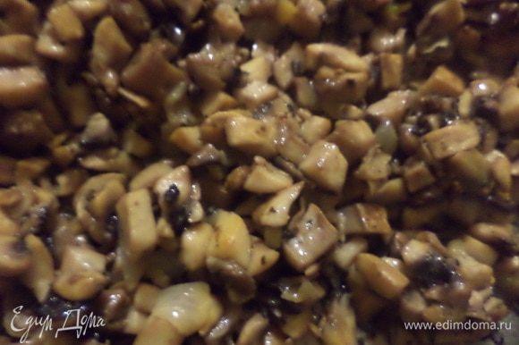 В большой сковороде на смеси масел (сливочное и половина растительного масла) обжарить лук. Когда он начнёт золотиться, добавить грибы, посолить, поперчить и обжаривать до зарумянивания грибов. Снять сковороду с огня.