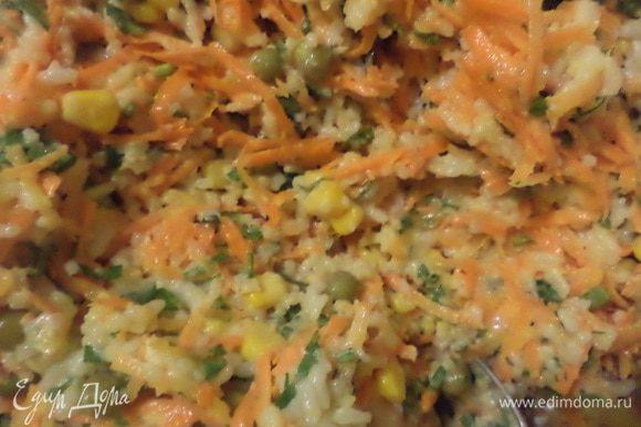 В большой миске соединить рис, морковь, кукурузу, горошек, нарезанную зелень петрушки, добавить майонез, посолить, поперчить, перемешать.