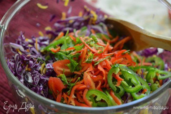 Порубить капусту тонко, кинзу порезать, морковь очистить и натереть, перец очистить и порезать кольцами,красный перец нарезать, лук очистить и нарезать тонко.