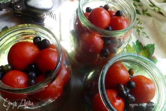 Дальше укладываем помидоры пересыпая их виноградом.