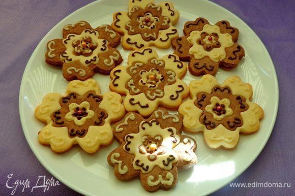 Печь до легкой золотистости при 180 градусах. Готовое и остуженное печенье украсить по желанию темным и белым растопленным шоколадом. Приятного аппетита!