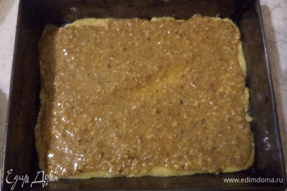 Вторую половину теста раскатать в пласт по величине формы для выпечки, уложить в форму, сверху выложить орехово-медовую прослойку, выпекать 20 минут при температуре 180 градусов.