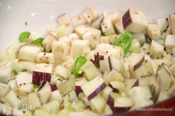 Баклажан, лук и перец чили добавить в сковороду с карри и горчицей, все перемешать.