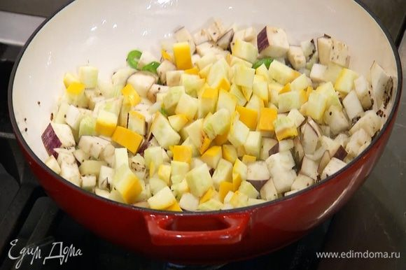 Цукини нарезать маленькими кубиками, добавить в сковороду, влить еще немного оливкового масла и перемешать.