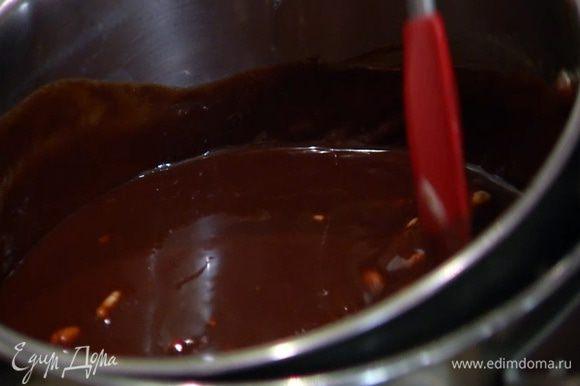 Горький и молочный шоколад соединить с 280 г сливочного масла и растопить на водяной бане, затем слегка остудить.