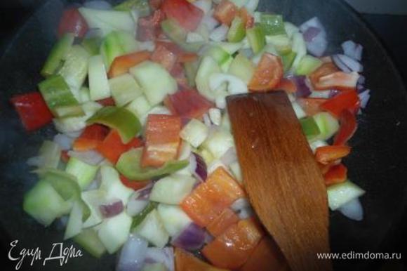 Лук, цукини, перец, чеснок режем кубиками не мелко, около 2 см (в оригинале был еще баклажан). В сковороде разогреваем оба вида масла и обжариваем овощи минут 5.