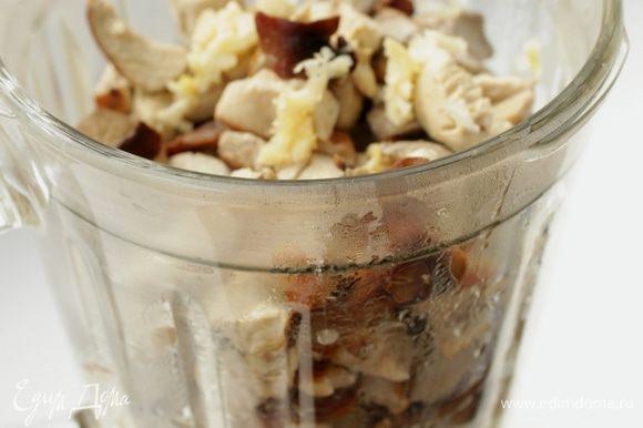Баклажаны и грибы сложить в блендер и измельчить, выдавить чеснок.