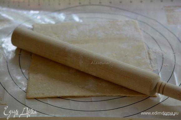 Разогреть духовку до 200 гр. На два противня выложить бумагу для выпечки. На стол разделочный добавить муки, выложить размороженный пласт слоеного теста. Пройтись скалкой.