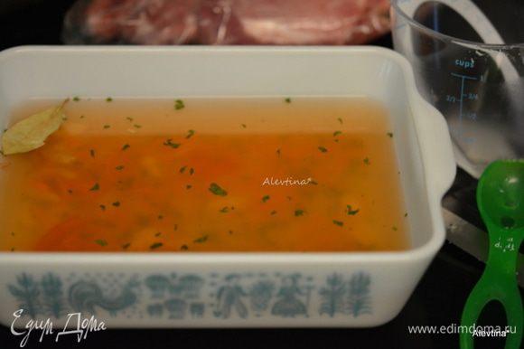 Приготовим рассол в стеклянной емкости. Используем воду (на 1 стакан воды 1 ст. л. соли), соль , лавровый лист и черный молотый перец. Я вместо соли использую овощную заготовку на соли. Делала в этом году свежую по своему рецепту. http://www.edimdoma.ru/retsepty/54006-ovoschnaya-zagotovka Если используем просто соль, выложить 3 ст. л. соли на 1 стакан воды поставить на огонь , помешивать ,чтоб соль растворилась. Снять с огня и перелить в емкость,добавить 2 стакана ледяной воды и перемешать.
