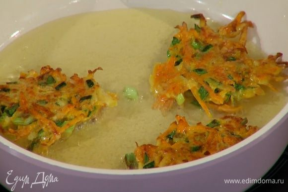 Разогреть в сковороде оливковое масло, ложкой выложить овощное тесто и обжарить драники с двух сторон до золотистого цвета.