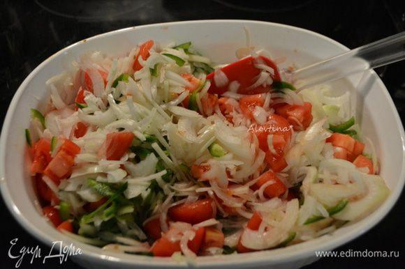 Нарезать помидоры кубиками. Лук нарезать тонко и мелко, халапеньо очистить от семян, если не любите слишком пряно. Перемешать.
