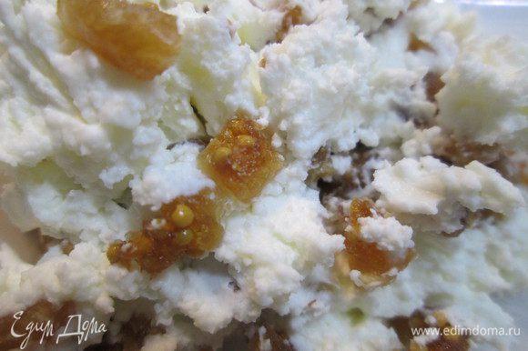 """Наслаждаясь ароматом корицы, готовим творожный крем: взбиваем творог блендером (можно протереть через сито или просто размять вилкой). Прекрасно подойдет сливочный сыр типа """"Альметте"""". Мелко режем инжир и смешиваем с творогом. Сушеный инжир тоже можно использовать, предварительно подержав в молоке или воде."""