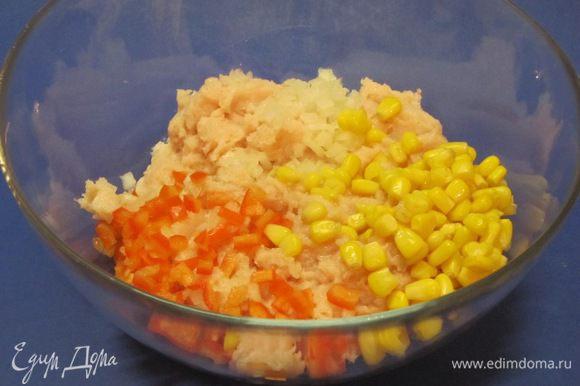 В куриный фарш выложить остальной мелко нарезанный лук, нарезанный перец и кукурузу.