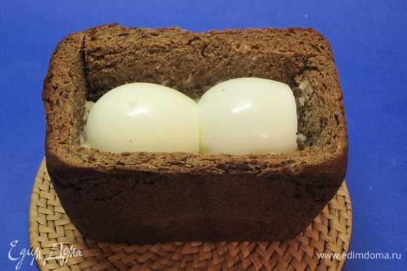 Половину фарша выложить в буханку, сверху выложить 2 вареных яйца.