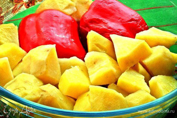 Через 3 минуты вынимаем перец, а картофель запекаем ещё 7 минут, всего 10 минут печётся картошечка.