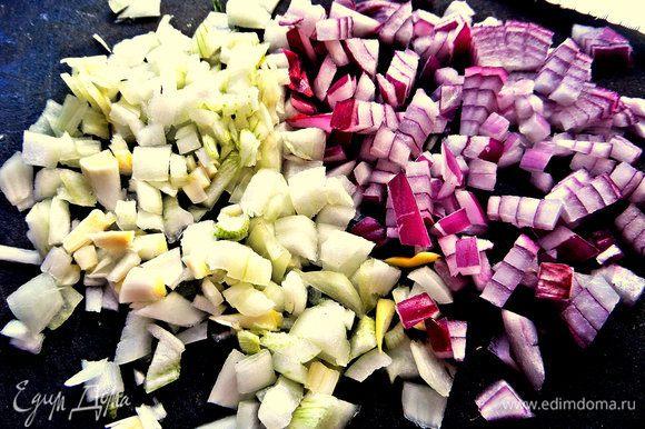 Пока ждём картошечку, нарежем лук мелко (брала два вида лука, но это не обязательно!).