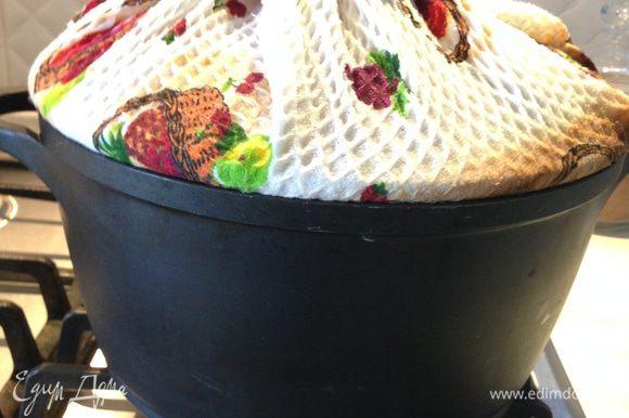 Намочим хлопковое полотенце в холодной воде, выжмем его и обернем им крышку. Концы полотенца закрепить сверху так, чтобы они не свисали. Закрыть крышкой нашу коптильню с курицей.