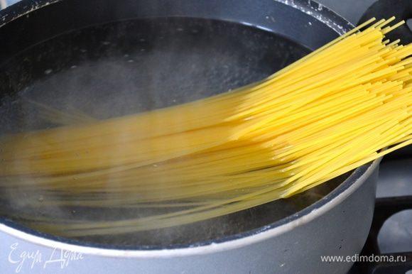 """Ставим кастрюлю с водой на огонь. Ждем когда закипит вода. Солим и кладем наши спаггети. Пока закипает вода, можно накрыть на стол, т.к. пасту будем подавать """"с пылу с жару""""!"""